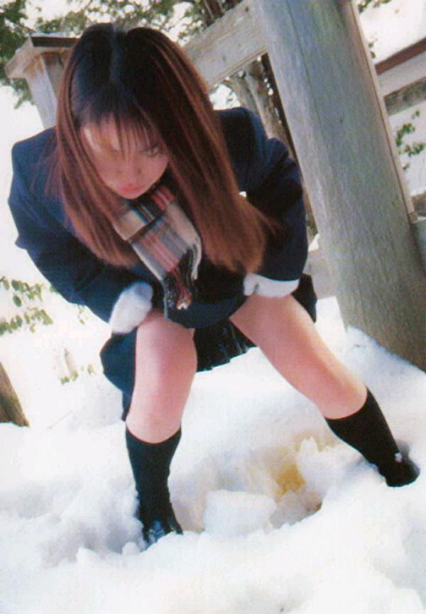 【放尿エロ画像】女子なのに立ちションw真似できない体を張って赤っ恥(゜ロ゜ノ)ノ