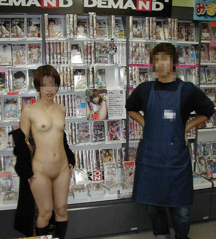 【露出エロ画像】口コミ炎上の原因w店内で変態行為に及ぶ露出マニア達(゜ロ゜ノ)ノ