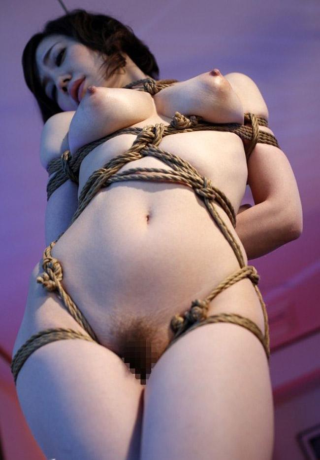 【SMエロ画像】おっぱい縛る時はこうでw普段より大きく見えた緊縛巨乳(*´д`*)