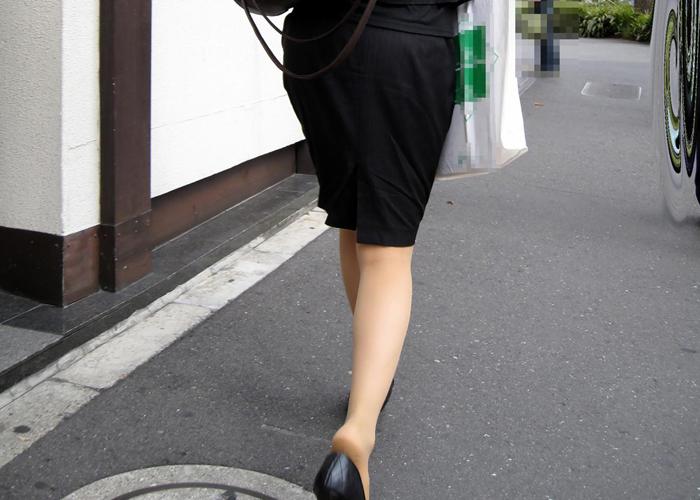 【街撮りOLエロ画像】パリッとイヤらしいwタイトOLさんの色香に満ちた下半身(*´Д`)