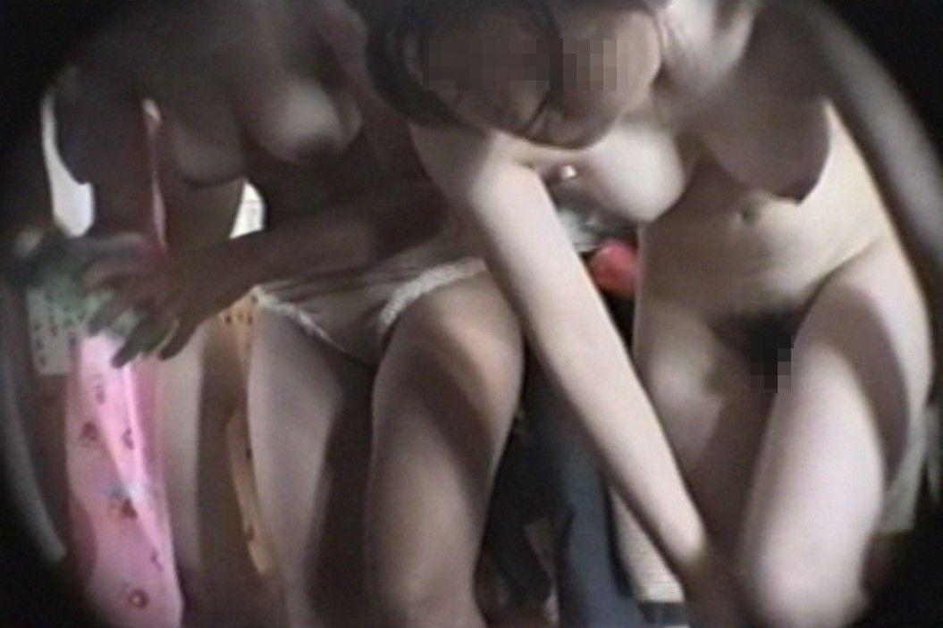 【脱衣所エロ画像】女の着替えってだけで特別w全裸だらけの脱衣所覗き(*´Д`)
