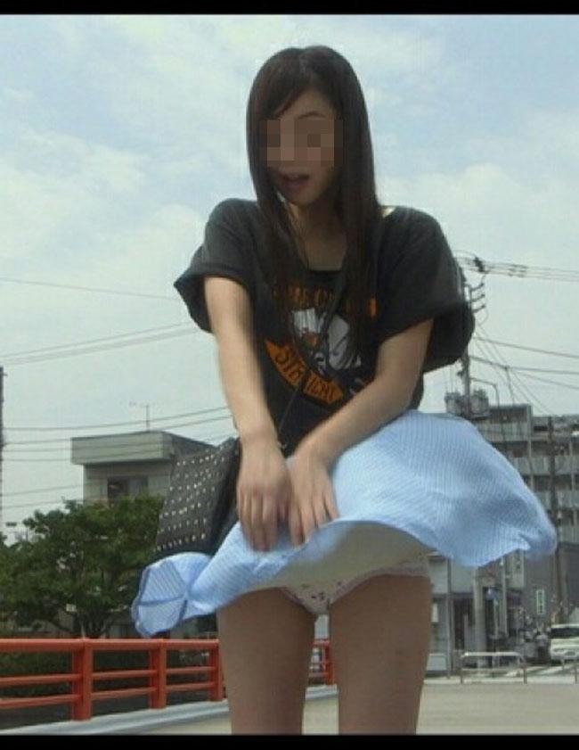 【パンチラエロ画像】夏の軽いスカートは簡単に捲れて風チラチャンス高すぎ(*´Д`)