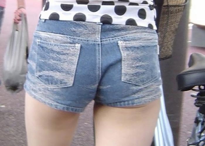 【ショーパン尻エロ画像】少ない布地に詰まっているのは夢…ピチピチの着衣尻を街撮り(*´Д`)