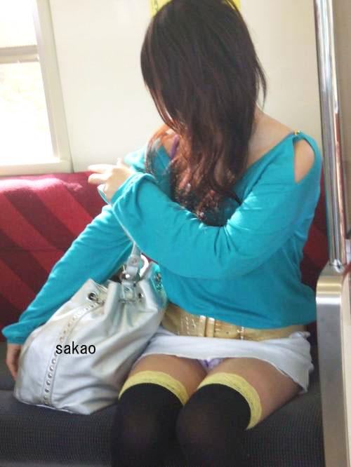 【パンチラエロ画像】対面のミニを狙う為に意地でも座る!電車内の座席パンチラ(*´Д`)