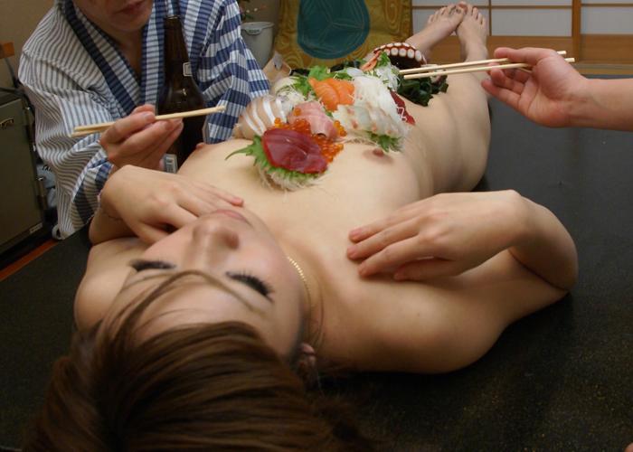 【女体盛りエロ画像】やったからには完食は絶対!中まで食べたい女体盛り(*゚∀゚)=3