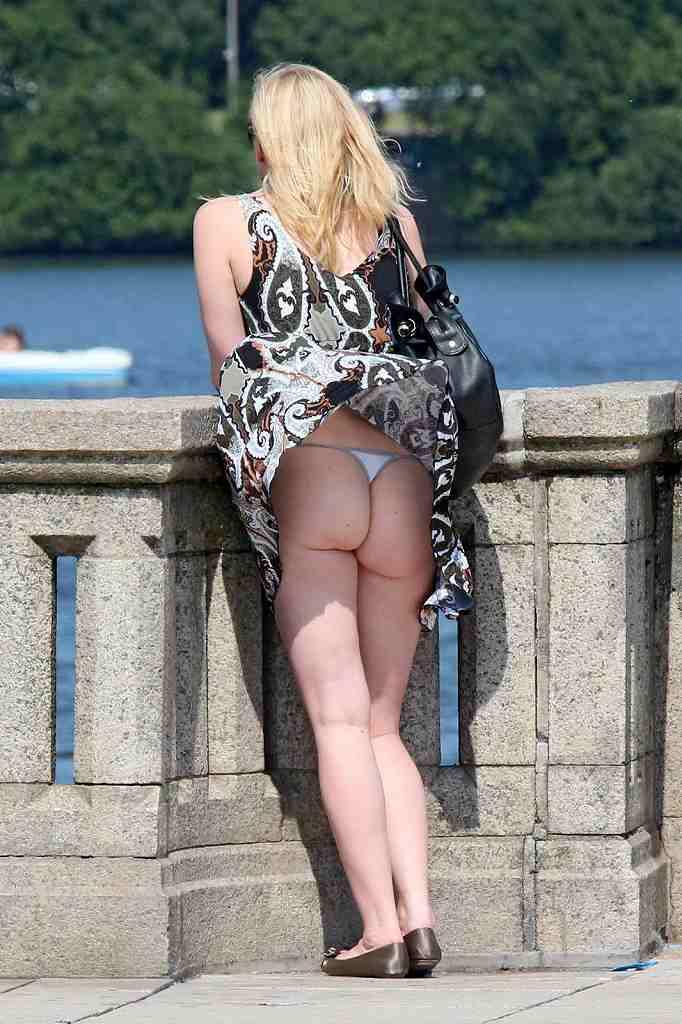 【海外パンチラエロ画像】海の向こうは下着見せて当然?日に数十回は拝めるらしい金髪パンチラ(*´д`*)