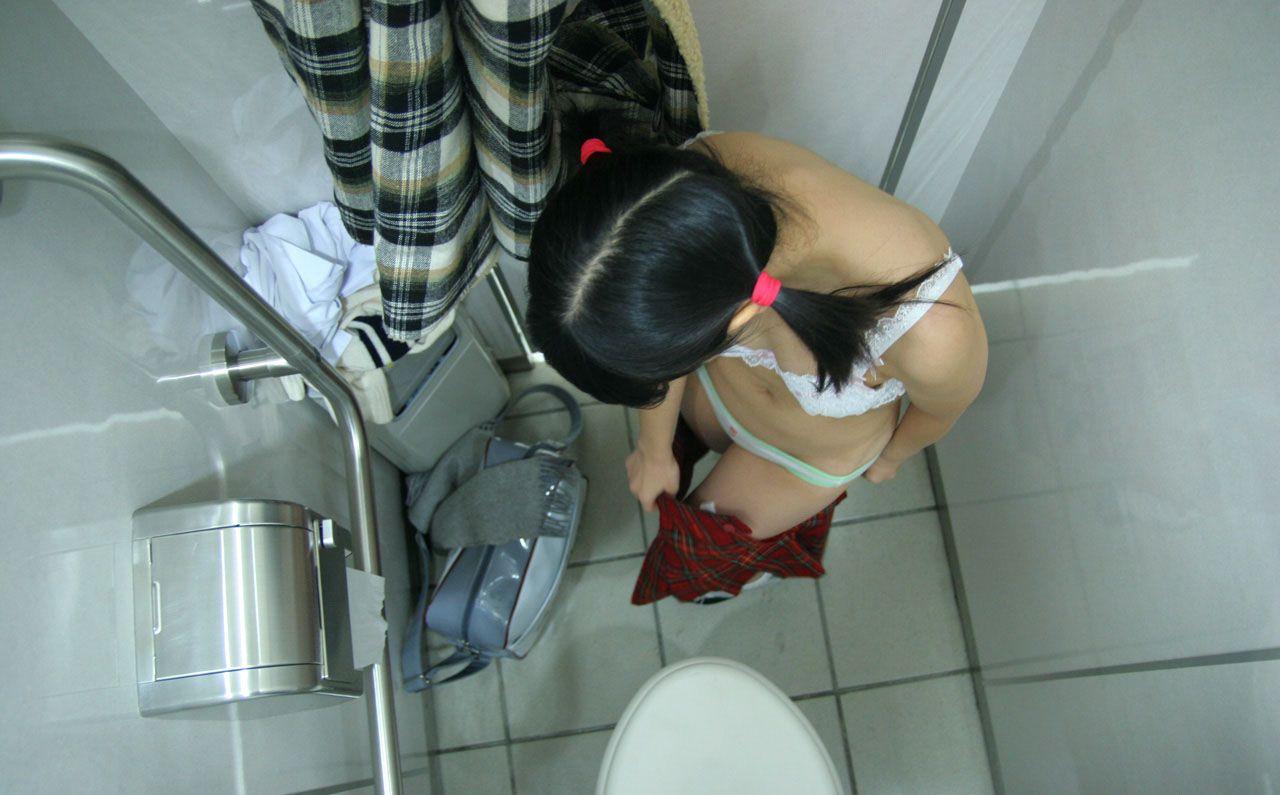 【覗きエロ画像】着替えているのを勝手に見守るw女子の脱衣を覗き撮り(*´д`*)
