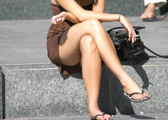 【美脚エロ画像】あまりに綺麗で股間がピクリと…油断ならない街角の脚美人(*´Д`)