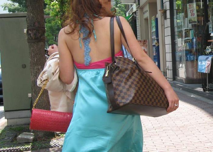 【背中エロ画像】街中なのに上半身が半分裸…大胆な背中出し一般人を追跡(*´Д`)