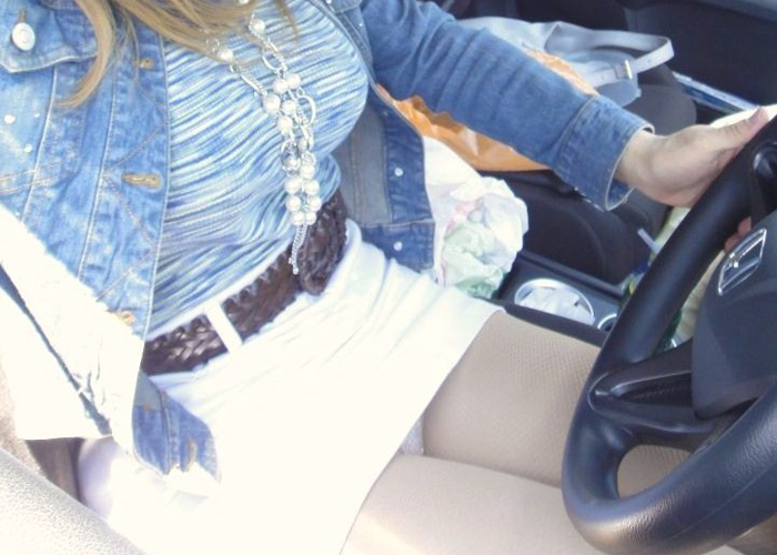 【車内エロ画像】運転誤りそうな着衣巨乳と美脚…隣の座席に女を乗せたら立ちこめるエロス(*´Д`)