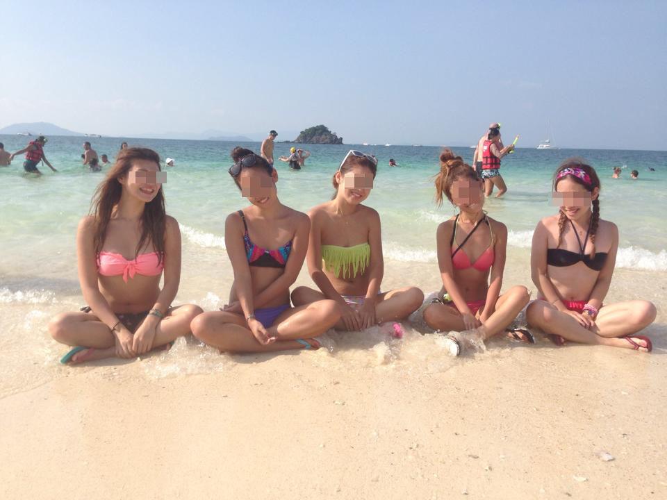 【水着エロ画像】外れないかなーそのビキニ…際どい乳がたまらん水着ギャルをビーチ撮り(*´д`*)