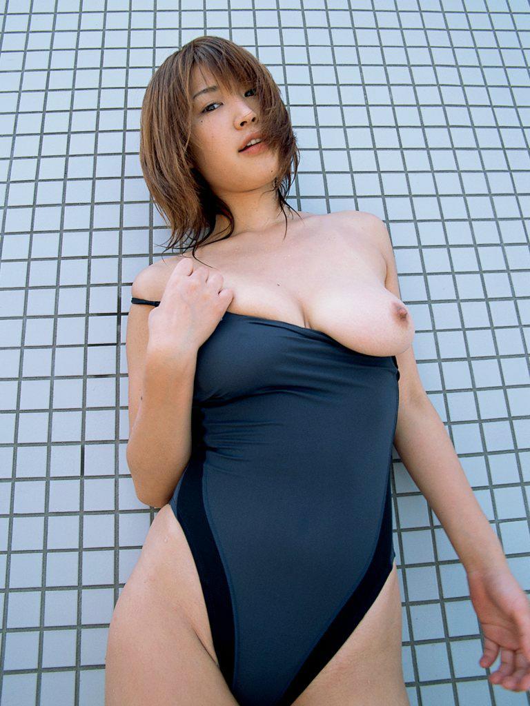 【競泳水着エロ画像】窮屈なので見せてスッキリ!競泳水着からのおっぱい出し(*゚∀゚)=3