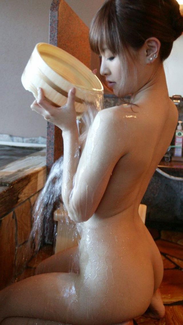 【美尻エロ画像】イヤらしく水に濡れた…中まで洗ってあげたい入浴中のお尻(*´д`*)