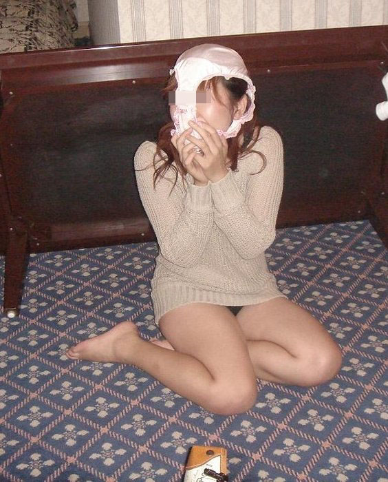 【悪ノリエロ画像】おいなりさんはないけど…パンツ被って変態仮面になるおふざけ娘(*´Д`)