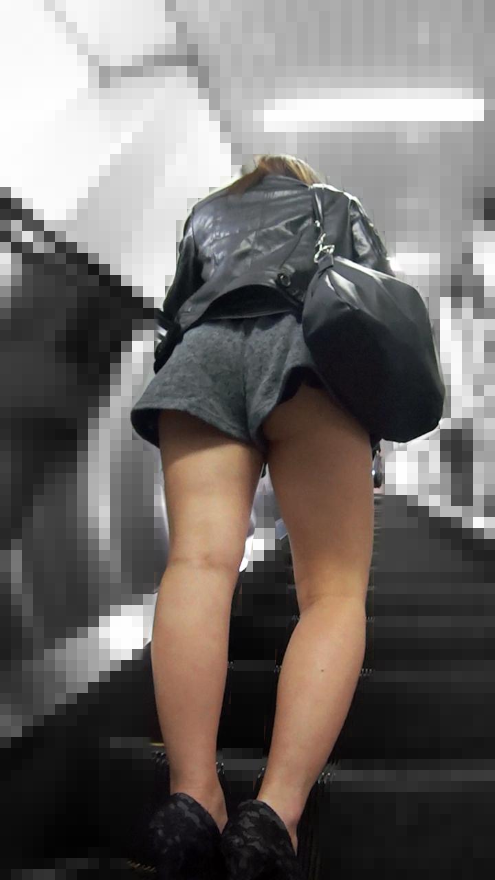 【パンチラエロ画像】誰も注意しませんw気づくまで晒しっ放しの無自覚パンチラ( ^ω^)