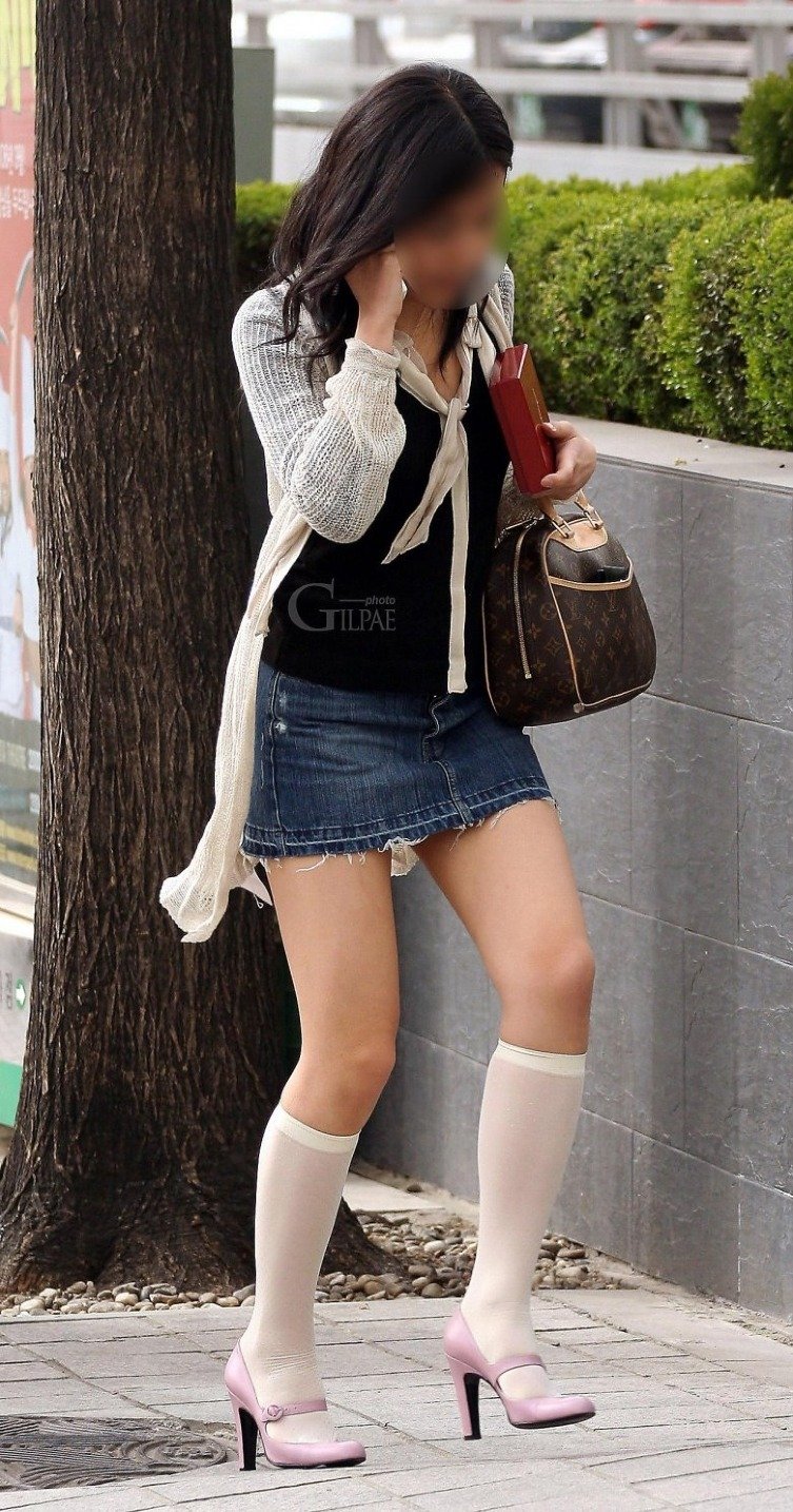 【チラリズムエロ画像】履いたら絶対に見られる!デニミニというえっちなスカート(;´Д`)