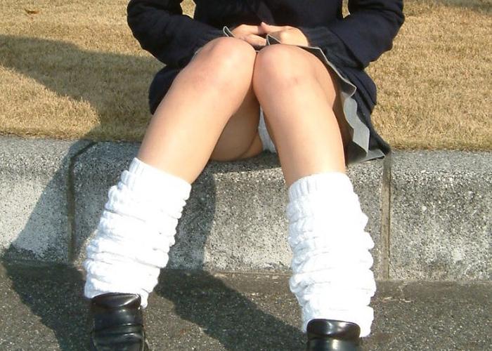 【パンチラエロ画像】お暇なら見てやってこの股間wパンツ丸見えの座り女子達(*´Д`)