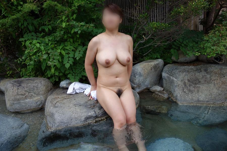 【露出エロ画像】露天風呂が気持ち良すぎて…堂々と全裸撮らせる悪ノリ女たち(゜ロ゜ノ)ノ
