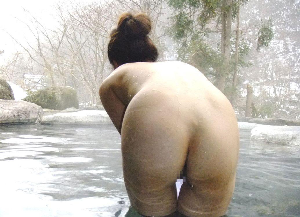 【素人画像】 ガードが硬い彼女も旅行先の露天風呂でついつい許しちゃったヌード撮影wwww