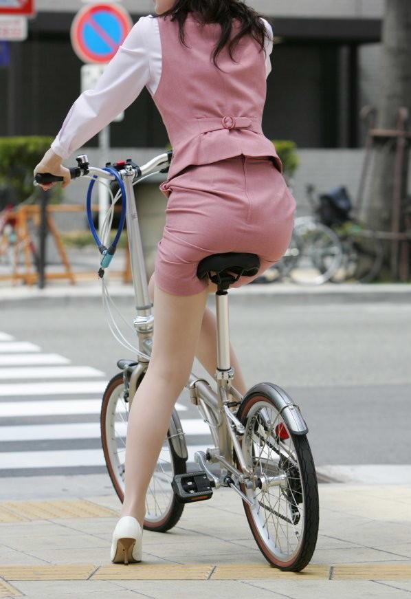 【着衣尻エロ画像】サドルの気持ちになれば…乗られてみたいチャリ上のお尻(;´Д`)