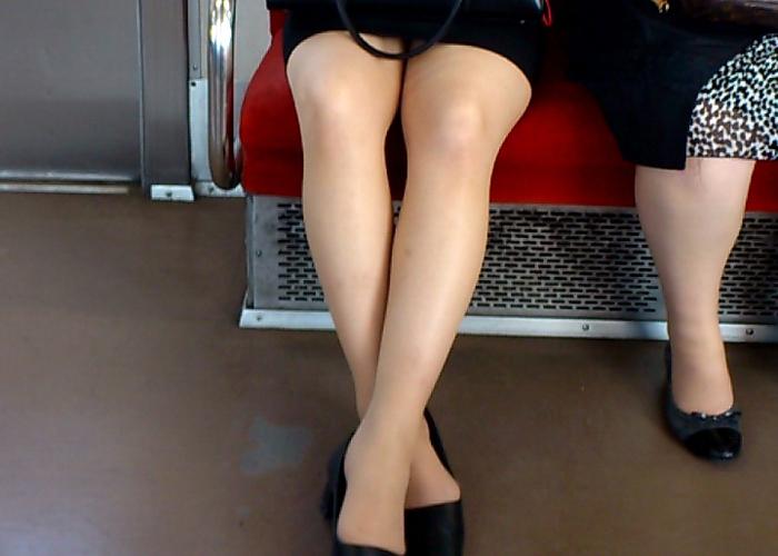 【美脚エロ画像】電車にいたリクスー女子のお疲れ気味な美脚をそっと観察(´∀` )