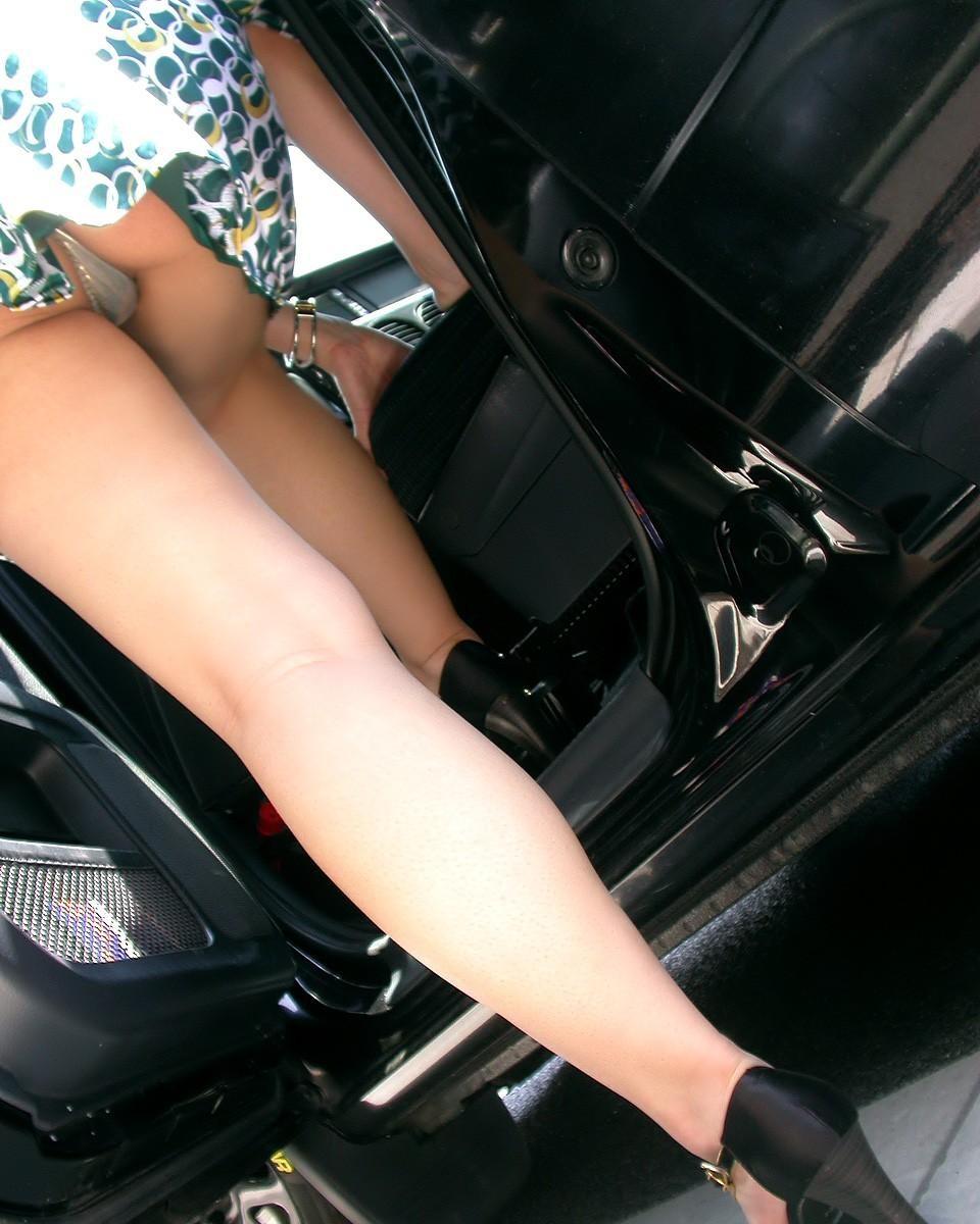 【パンチラエロ画像】降りる前からミニと判ってさえいれば…車はパンチラフラグ満載(*´Д`)