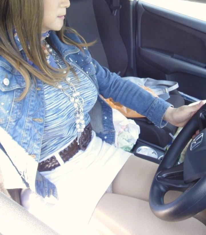 【車内エロ画像】女を載せるならよそ見注意!運転中には危ない座席チラリズム(*´Д`)