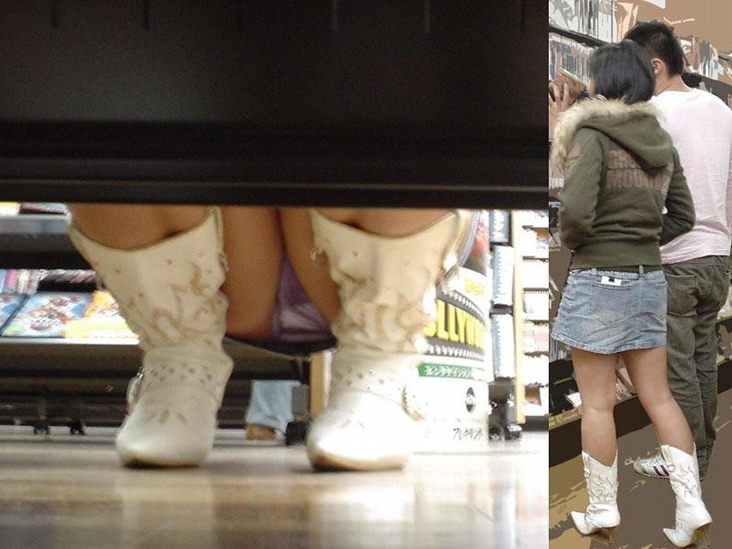 【パンチラエロ画像】大型店舗で涼みながらチラ覗き!女の花園が広がる棚下の光景(;´Д`)