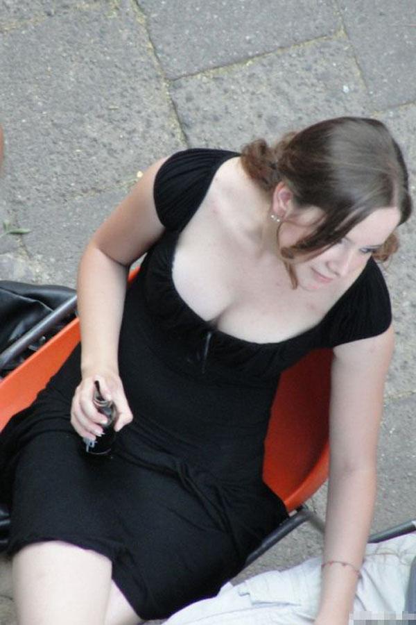 【海外エロ画像】どんだけ乳首零すの…秘密のない外人さんは胸元もオープン状態(;´Д`)