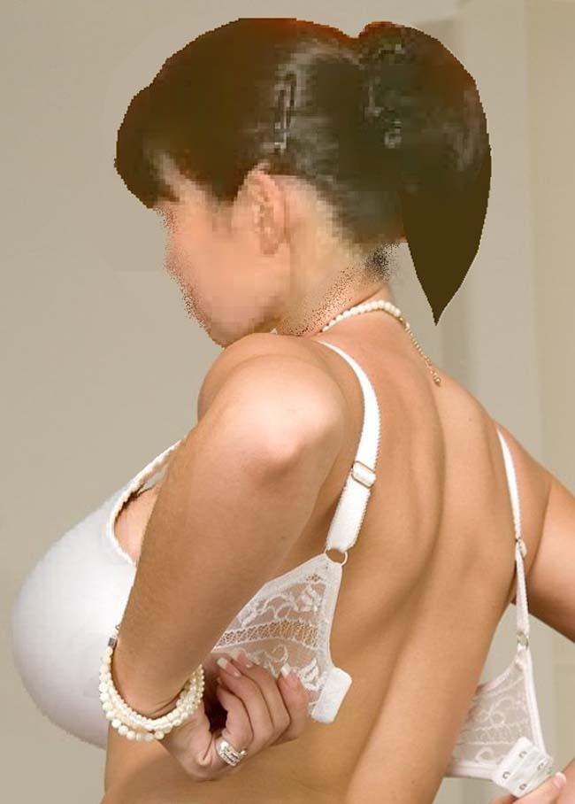 【脱衣エロ画像】外れるまではテンション急上昇!女がブラ脱いで感動のおっぱいと対面の瞬間(*´Д`)