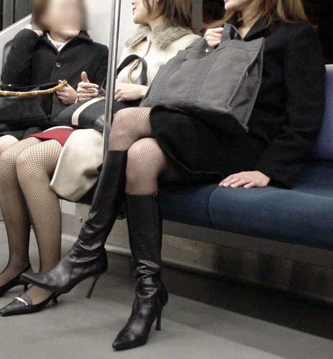 【脚フェチエロ画像】パンツ見えないのも気にならない存在感w電車の女性のそそる美脚(*´д`*)