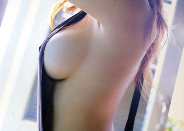 裸にオーバーオール姿のハミ乳女子たちのエロ画像