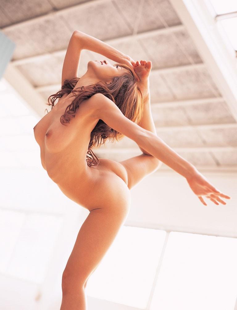 【軟体エロ画像】奥まで届く?肌着の中身がどうなってるのか知りたい軟体ポーズの股間(;´Д`)