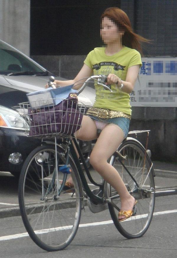 【パンチラエロ画像】マジこんな大股開きで目の毒w記憶に刻むべき自転車パンチラ(*´Д`)