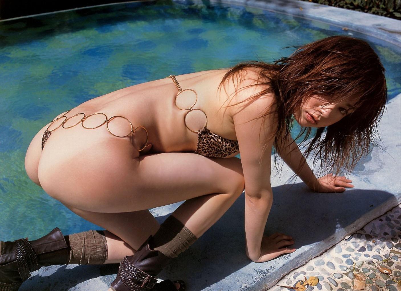 【水着エロ画像】こんなエグいのを…今にも見えそうな過激水着グラドル(*´д`*)