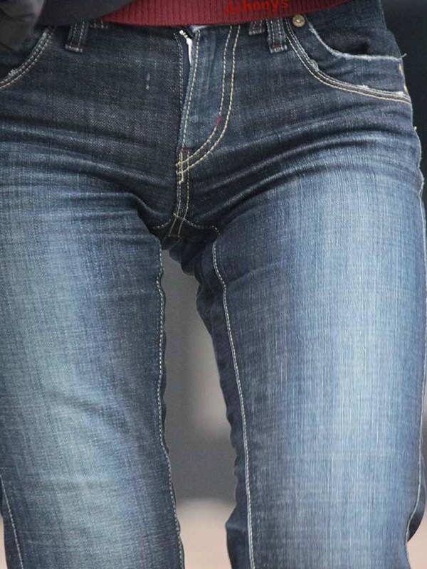 【股間エロ画像】フィットしすぎてなぞったら感じちゃいそう…デニム女子のピッチリすぎる股間(*´Д`)