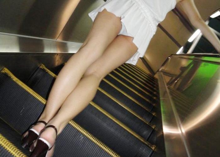 【パンチラエロ画像】カメラなら確実!中身が気になる階段上のミニスカローアングル覗き(*´д`*)