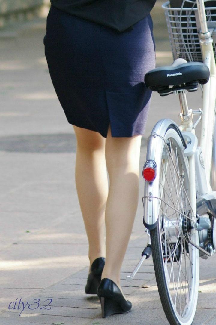 【自転車OLエロ画像】サドルに嫉妬w自転車に乗ったOLさんのムッチリ下半身(*´д`*)