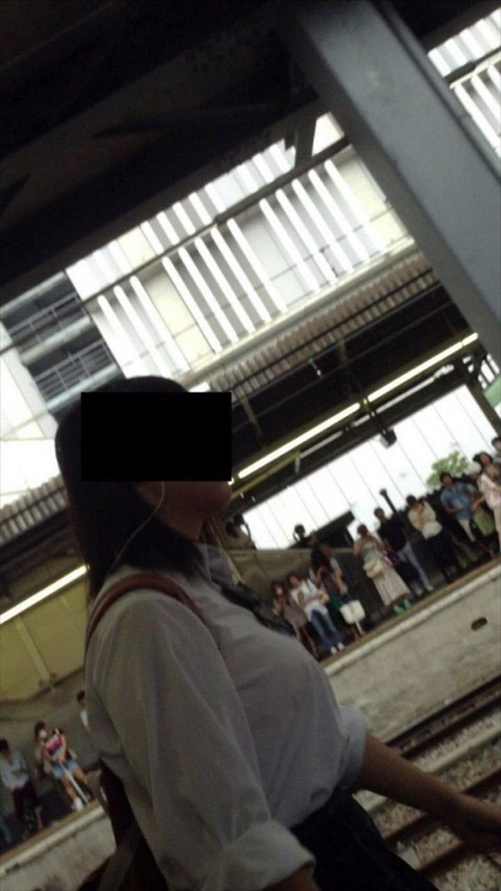 【巨乳エロ画像】どこを見渡しても乳袋!?着衣巨乳探しには不便がない街撮り(*´д`*)