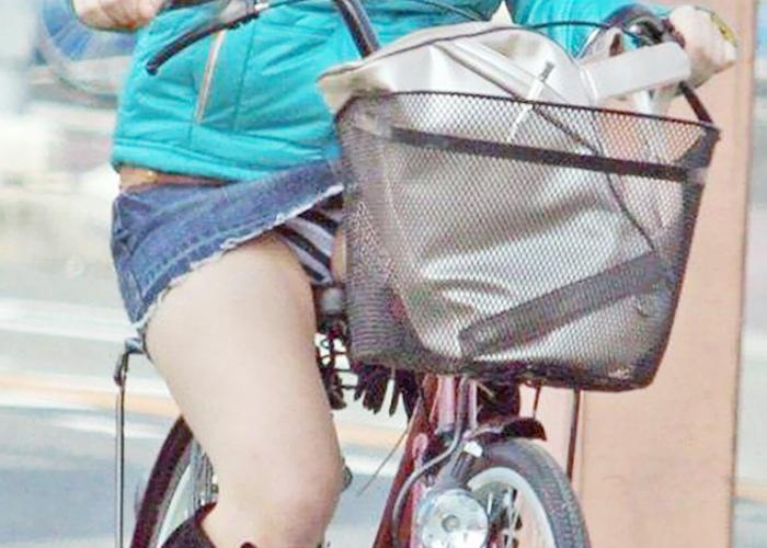 【パンチラエロ画像】早起き出来たら沢山見られるかも!若い股間が萌える自転車パンチラ(*´Д`)