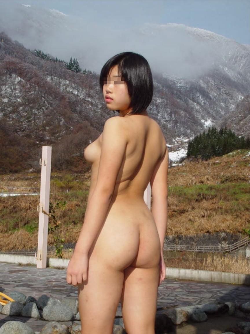 相当レベル高いwww野外露出にハマる素人変態女たちが自慢の裸体を晒すwww