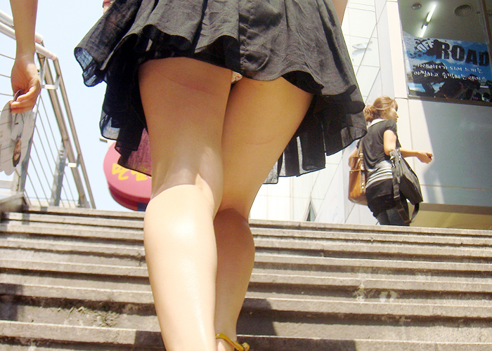【パンチラエロ画像】見える位置キープは紳士の基本!ローアングルで下着をじっくり(*´Д`)