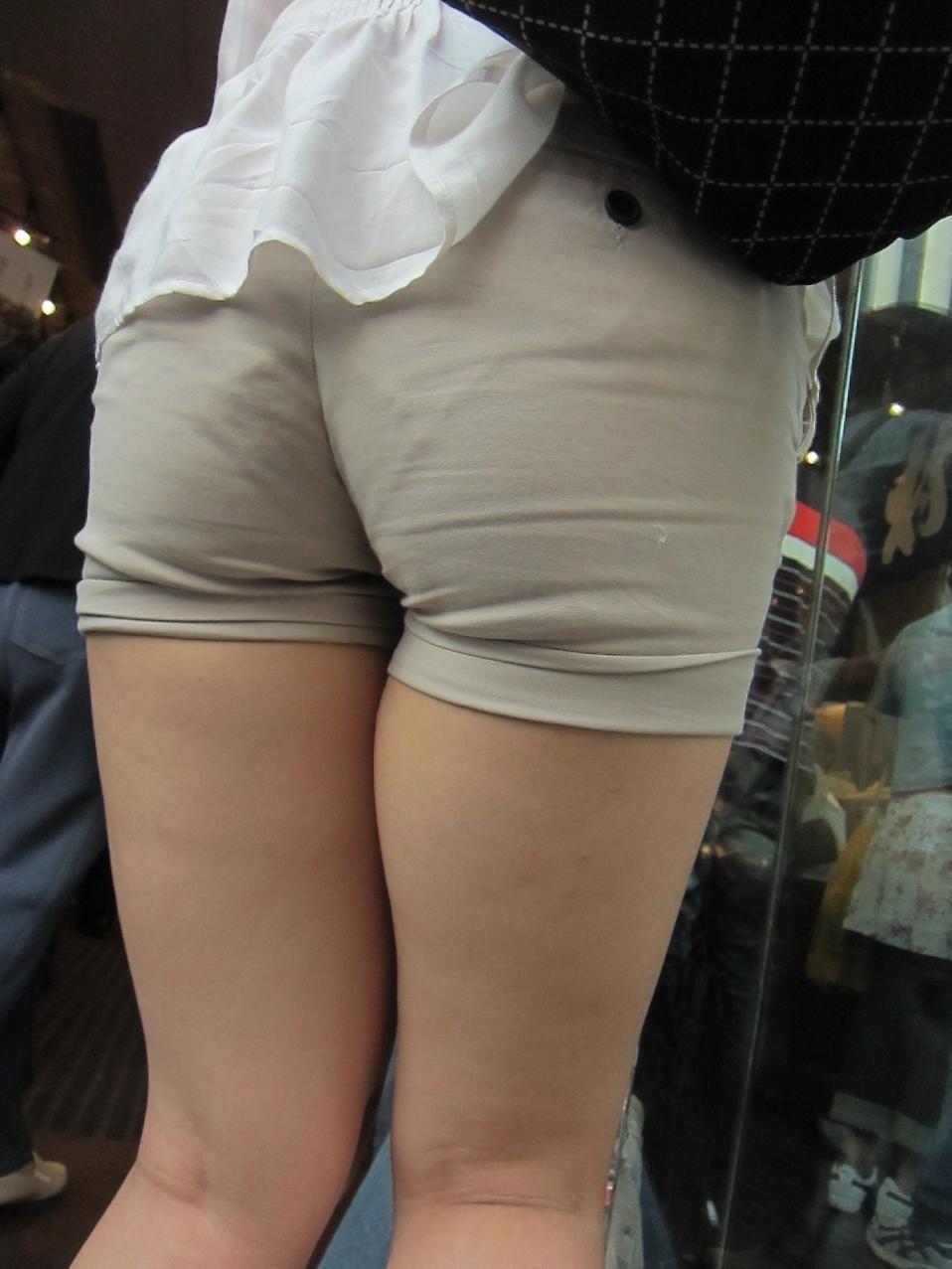 【太ももエロ画像】膝枕が駄目ならワンタッチだけでも…頼みたくなるムッチリ太もも(*´Д`)