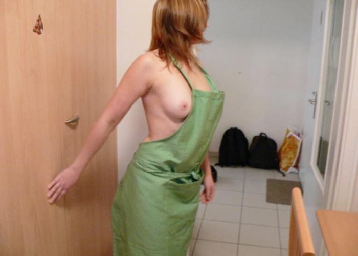 【裸エプロンエロ画像】手軽なのに卑猥なコスw世界レベルで普及してます淫妻の裸エプロン姿(*´д`*)
