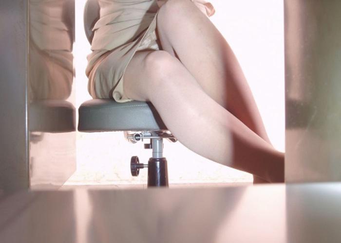【パンチラエロ画像】これもまたセクハラの一種w仕事中に机の下から下着覗き見(*´Д`)