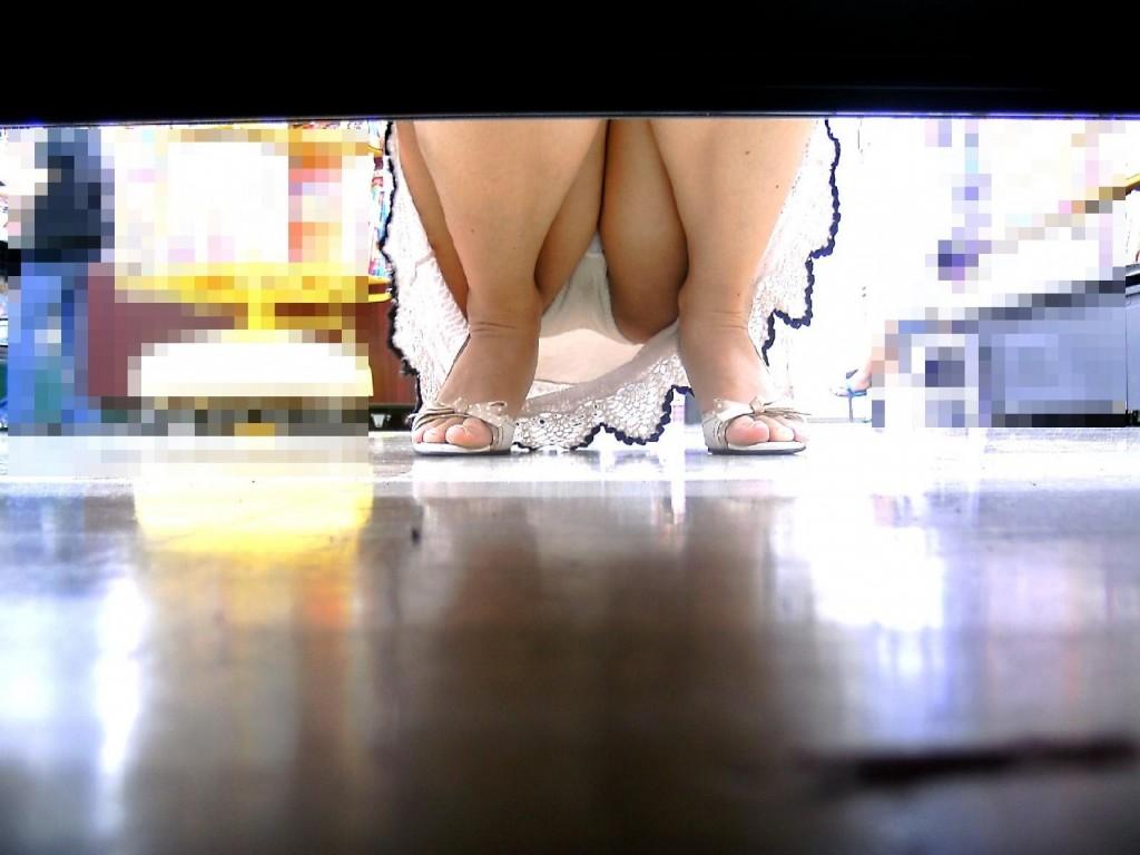 【パンチラ】TSU●AYAでミニスカ女性たちが無意識に見せちゃってる股間www