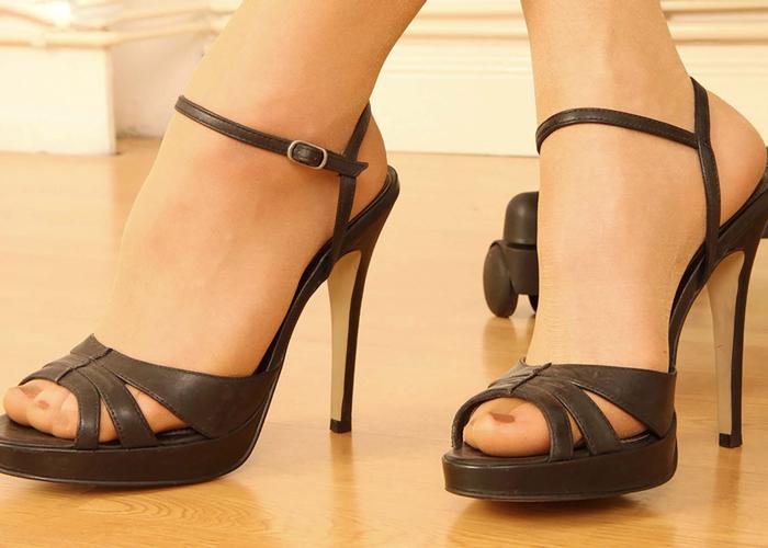 【足フェチエロ画像】踏まれたら一瞬でM目覚めそうw鋭いヒール履いた足は女王様の気配(*´Д`)