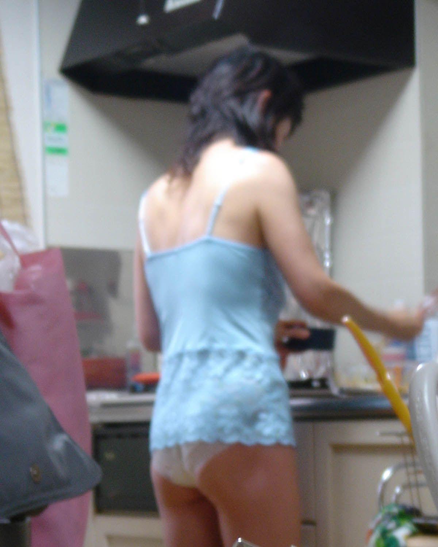 【家庭内エロ画像】身近な存在こそがエロい!下着姿で家事する嫁や彼女を激写(*´Д`)
