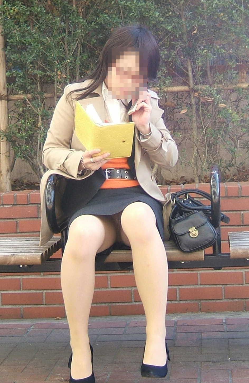 【パンチラエロ画像】ケータイ普及の功罪w操作に夢中でパンツ丸見えな皆様(;´Д`)