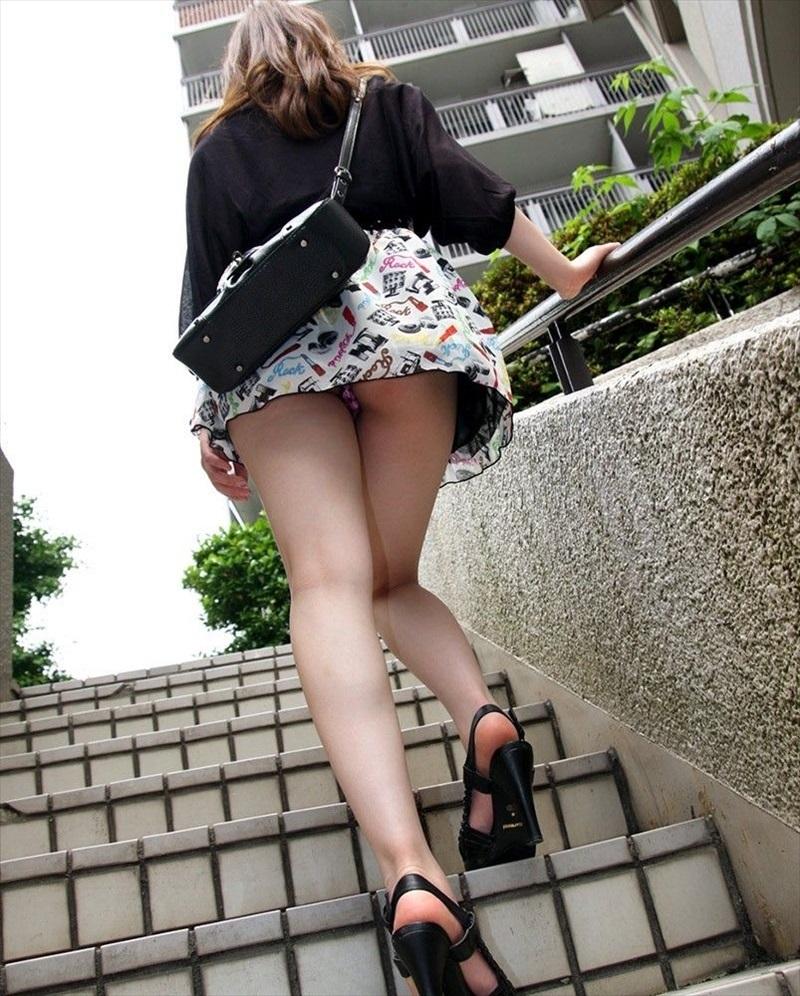 目の前のミニスカ女子が階段を上りはじめた時のワクテカな瞬間ww
